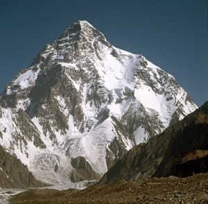 K2, perbatasan Pakistan dan China (28,251 ft.)